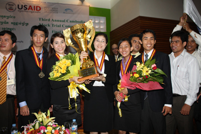 The team from Paññāsāstra University is crowned national champion at the award ceremony.