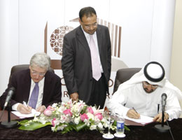 (Photo credit: Gulf Times) Dean Hassan Alsayed and Judge Robert Henry signing the agreement at the College of Law of Qatar.