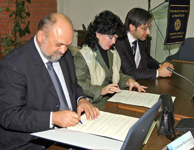 Slobodan Nadrljanski, Novi Sad District Court President and Judge Petra Mohana, Deputy President of Novi Sad Municipal Court and Rade Bajic, YLS representative signing the Cooperation Agreement, Novi Sad Law School, November 1 2007